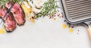 Rå Striploin för nytt kött biff med ingredienser: örter, kryddor, olja och steka gallerpannan på vit stenköksbordbakgrund Royaltyfri Foto
