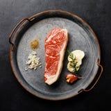Rå svart Angus Prime köttbiff Striploin och smaktillsats arkivfoton