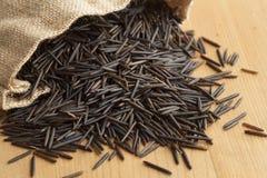 Rå svarta lösa ris Arkivfoto