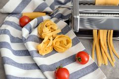 Rå tagliatelle- och pastamaskin på tabellen arkivbilder