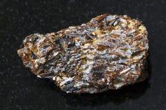rå Titanite sten på mörk bakgrund Royaltyfria Foton