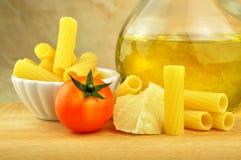 Rå tortiglionipasta med andra ingredienser Arkivbild