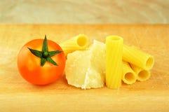 Rå tortiglionipasta med andra ingredienser Arkivfoto