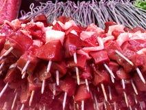 Rå turkisk traditionell leverSish kebab, kött som är klart för kock på en restaurang Arkivbild