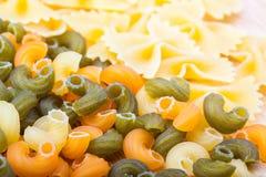 rå typer för olik pasta Arkivfoto