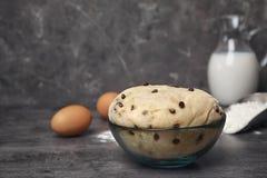 Rå vetedeg med chokladchiper i bunke Fotografering för Bildbyråer