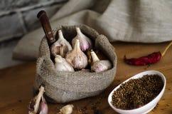 Rå vitlök med kryddor i köket Royaltyfria Bilder
