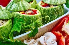 Rå zucchinier som är välfyllda med kött Arkivbilder