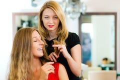 råd att få frisörkvinnan arkivbilder