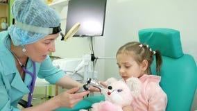 Råda otolaryngologisten i kliniken, läkarundersökningbarnet, det vård- förhindrandet, influensabehandling av ENT sjukdomar i späd stock video