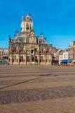 Rådbyggnad och central fyrkant i delftfajans, Nederländerna Royaltyfri Foto