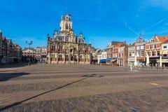 Rådbyggnad och central fyrkant i delftfajans, Nederländerna Royaltyfria Foton