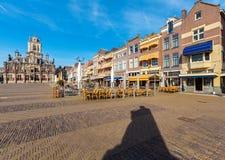 Rådbyggnad och central fyrkant i delftfajans, Nederländerna Royaltyfri Bild