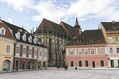 Rådfyrkant och svart kyrka i centrum av Brasov, Transylvania, Rumänien Arkivfoto