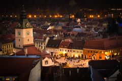 Rådfyrkanten av Brasov som ses från ovannämnt vitt torn förtöjd sikt för nattportship Gammal stad Hall Square royaltyfria foton