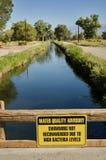 Rådgivande tecken för vattenkvalitet Arkivfoto