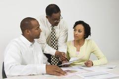 Rådgivare som förklarar finansiella plan till par Arkivfoto