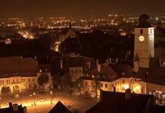 Rådtornet på natten i Sibiu Transylvania royaltyfri foto