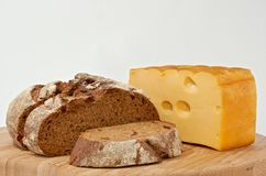 Rågbröd och rökt ost på det wood brädet arkivfoton