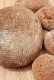 Rågbröd och sourdoughbrödrullar Arkivfoto