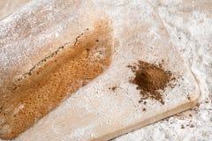 Rågbröd på malt och mjöl, lögner på tabellen Nära en razzia av mjöl och malt arkivbild