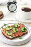 Rågsmörgås med laxen, gurkan, ostkräm och microgräsplaner Smaklig och sund frukost på tabellen Arkivfoto