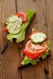 Rågsmörgås med salladsidor, tomat, gurka, spansk peppar på Royaltyfria Bilder