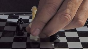 Råka som ska knackas över konung i schack lager videofilmer