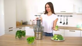 Råkost för grönsakfruktsaft - sund äta kvinna med juicing selleri för juicer, gröna grönsaker och äpplefrukter och stock video