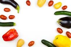 Råkostgrönsaker som isoleras på vit bakgrund med copyspace, Royaltyfria Bilder