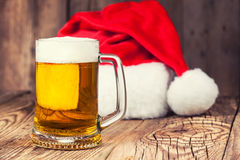 Råna av öl med jultomten hatt Royaltyfri Foto
