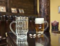 Råna av öl och pistascher Arkivbilder
