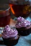 Råna av blacktea med chokladmuffin Royaltyfria Foton