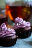Råna av blacktea med chokladmuffin Fotografering för Bildbyråer
