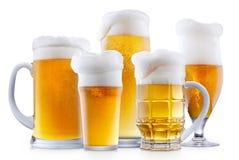 Råna av frostigt öl med skum royaltyfria bilder