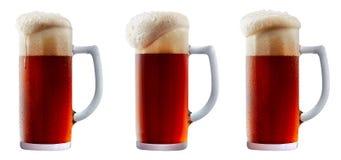 Råna av frostigt mörker - rött öl med skum arkivbilder