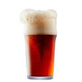 Råna av frostigt mörker - rött öl med skum arkivfoton