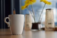 Råna av kaffe på tabellen i kafé arkivfoto