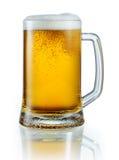 Råna av ljust öl som isoleras på vit bakgrund Fästa ihop PA Arkivfoton