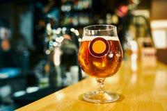 Råna av smakligt anseende för kallt öl på tabellen i bar royaltyfria foton