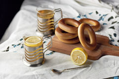 Råna av te med baglar på en träbakgrund Fotografering för Bildbyråer