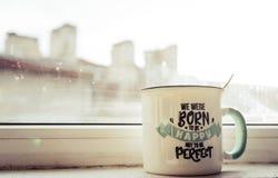 R?na av te med ord den vita koppen och morgonsolen arkivfoto
