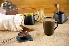 Råna av tillförordnat kaffe med mjölkar Arkivfoto