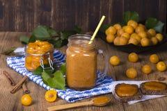 Råna exponeringsglas av fruktsaftsmoothieskakan från den gula plommonet, driftstopp och den mogna gula plommonet, på tappningen t Arkivfoton