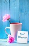 Råna med rosa rosor på blå wood bakgrund med bra morgon Fotografering för Bildbyråer