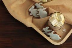 Råna mycket av kakao och haren formade kakor mycket av kakao och haren formade kakor Royaltyfri Foto