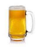 Råna nytt öl med locket av skum på vit bakgrund Arkivfoton