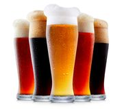 Råna samlingen av frostigt öl med skum royaltyfria bilder