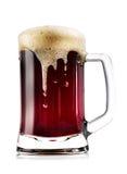 Råna tjockt mörkt öl med skum Arkivbild