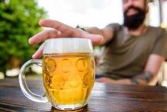 Råna upp kallt nytt öl på tabellslut Distinkt ölkultur Mannen sitter kaféterrassen som tycker om defocused öl Alkohol och royaltyfri fotografi